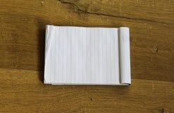 Пустой пустой белый блокнот на деревянной предпосылке стоковая фотография rf