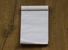 Пустой пустой белый блокнот на деревянной предпосылке стоковые фотографии rf