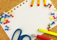 Пустой белый лист бумаги ` s блокнота для вашего текста с карандашами, ручки, scissor, желтеет highlighter стоковое изображение rf