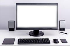 Пустой белый монитор ПК на настольном компьютере стоковое фото rf