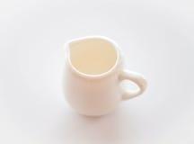 Пустой белый керамический питчер на таблице Стоковое Изображение