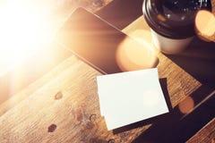 Пустой белый модель-макет визитной карточки Таблица Smartphone высокая текстурированная деревянная принимает отсутствующее кафе к Стоковые Фото