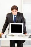 пустой бизнесмен смотря экран мониторов Стоковая Фотография