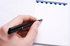 пустой блокнот сообщения руки пишет сочинительство Стоковая Фотография