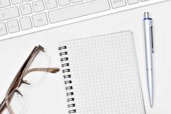 Пустой блокнот с компьютером ручки и клавиатуры Стоковые Изображения RF