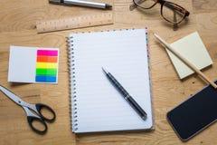 Пустой блокнот с ручкой и другие аксессуары на деревянном столе f Стоковое Изображение RF