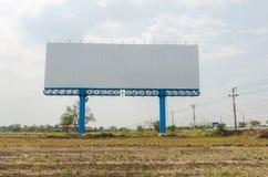 Пустой большой знак около шоссе с сухой страной Стоковые Фото