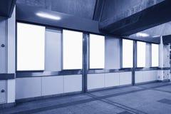 Пустой большой неоновый шаблон плаката подписывает внутри станцию метро Стоковое фото RF