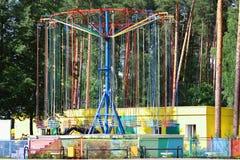 Пустой большой цепной яркий carousel в парке атракционов Стоковое фото RF