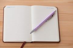Пустой буклет с ручкой Стоковая Фотография
