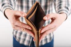 Пустой бумажник в руках пожилого человека Стоковые Фото