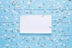 Пустой бумажный лист для сообщения на голубой предпосылке Стоковые Фотографии RF
