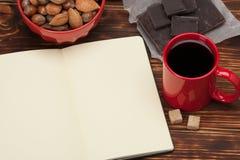 пустой блокнот открытый Чашка кофе Деревянный Стоковые Изображения