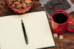 пустой блокнот открытый Чашка кофе Деревянный Стоковые Изображения RF