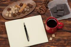 пустой блокнот открытый Чашка кофе Деревянный Стоковая Фотография RF