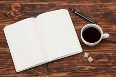 пустой блокнот открытый Чашка кофе Деревянный Стоковые Фото