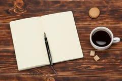 пустой блокнот открытый Чашка кофе Деревянный Стоковое фото RF