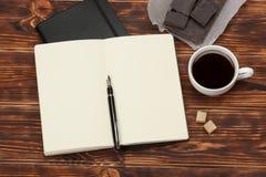 пустой блокнот открытый Чашка кофе Деревянный Стоковые Фотографии RF