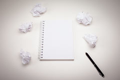 Пустой блокнот с ручкой чернил стоковое фото rf