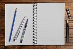 Пустой блокнот с ручкой Стоковые Фотографии RF
