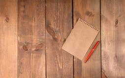 Пустой винтажный бумажный лист с ручкой Стоковые Фото
