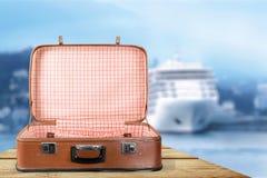 Пустой винтажный чемодан на деревянной предпосылке стоковые изображения