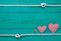 Пустой голубой деревянный знак с сердцами и замок с белой границей веревочки с узлами Стоковые Фото