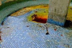 Пустой голубой крыть черепицей черепицей фонтан Стоковое Изображение RF