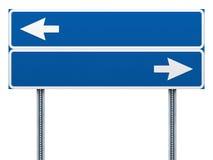 Пустой голубой дорожный знак с стрелками Стоковые Изображения