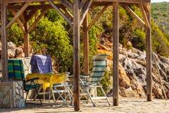 Пустой греческий пляж с ослабляет стоп стоковые изображения rf