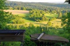 Пустой гриль перед свежим зеленым ландшафтом лета, конец-вверх BBQ портативной машинки стоковые изображения rf
