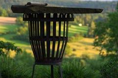 Пустой гриль перед свежим зеленым ландшафтом лета, colse-up BBQ портативной машинки стоковое изображение rf
