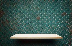 Пустой деревянный дисплей полки на стене металла Стоковые Изображения RF