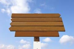 Пустой деревянный знак на голубом небе стоковое фото rf