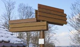 Пустой деревянный знак на winetr стоковая фотография
