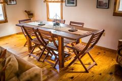 Пустой деревянный обеденный стол дома стоковое фото rf