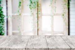 Пустой деревянный стол над запачканной предпосылкой внутреннего художественного оформления стоковое фото rf
