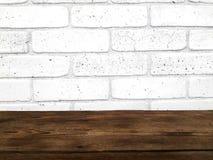 Пустой деревянный стол на белой предпосылке стены кирпичей стоковые фото