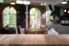 Пустой деревянный стол перед конспектом запачкал предпосылку co стоковые изображения rf