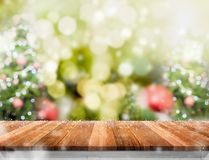 Пустой деревянный стол с абстрактными рождественской елкой нерезкости и снегом fa Стоковое фото RF