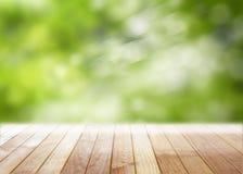Пустой деревянный стол с запачканным defocused деревом в парке outdoors Стоковое фото RF