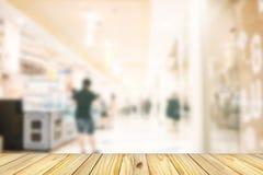 пустой деревянный фронт абстрактной нерезкости много людей ходя по магазинам в depa Стоковые Изображения