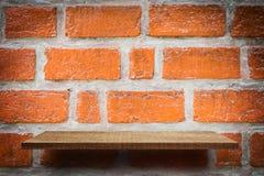 Пустой дисплей продукта полки на красной кирпичной стене Стоковые Изображения
