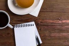 Пустой дневник с ручкой на деревянной предпосылке с кофе и сандвичем стоковое фото rf
