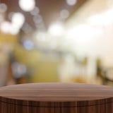 Пустой деревянный круглый стол и запачканная предпосылка Стоковая Фотография RF