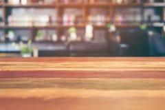 Пустой деревянный стол в библиотеке Стоковая Фотография RF