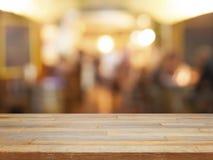 Пустой деревянный стол и запачканная предпосылка кафа Стоковое фото RF