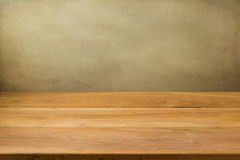 Пустой деревянный стол над предпосылкой grunge. Стоковое фото RF
