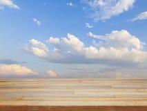 Пустой деревянный стол с голубым небом и облаком Стоковая Фотография RF