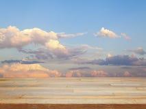 Пустой деревянный стол с голубым небом и облаком Стоковые Фото